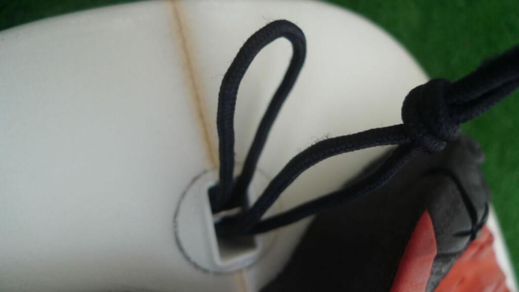 Leash befestigen 1 - String Cord am Surfboard