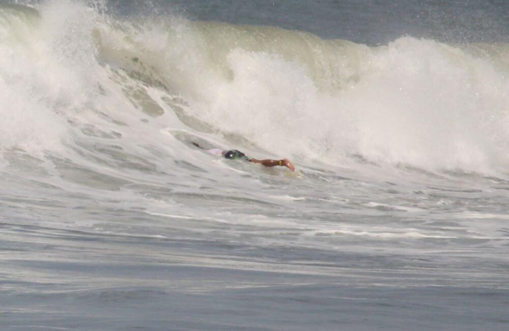 Surfer beim Duck Dive
